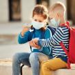 Tysiące uczniów wraca do szkół w środku pandemii