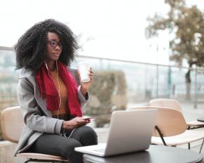 dziewczyna siedzi przed laptopem