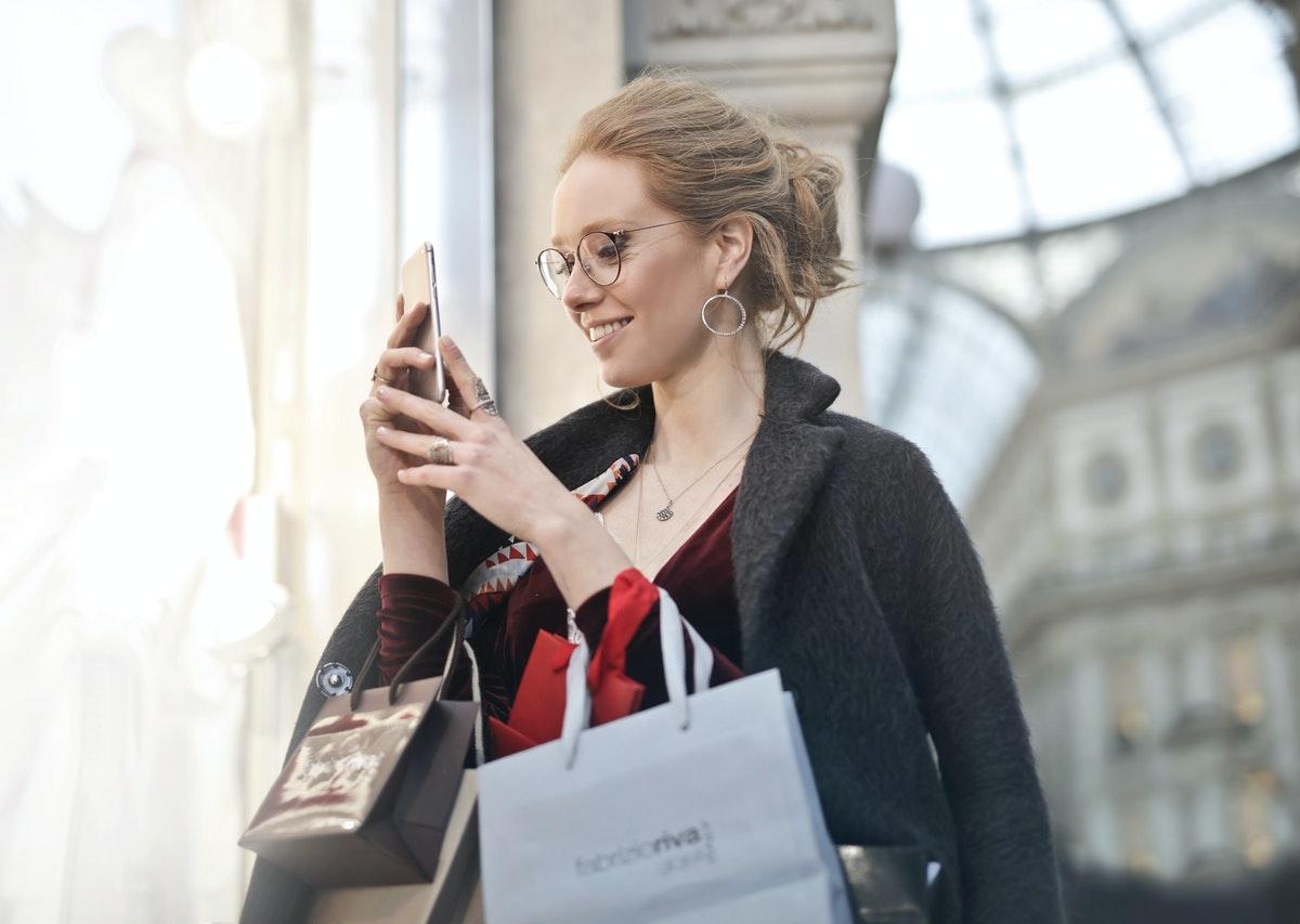 kobieta z zakupami i telefonem