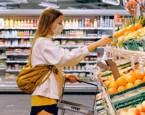 kobieta robi w sklepie zakupy