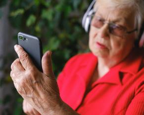 starsza osoba i smartfon