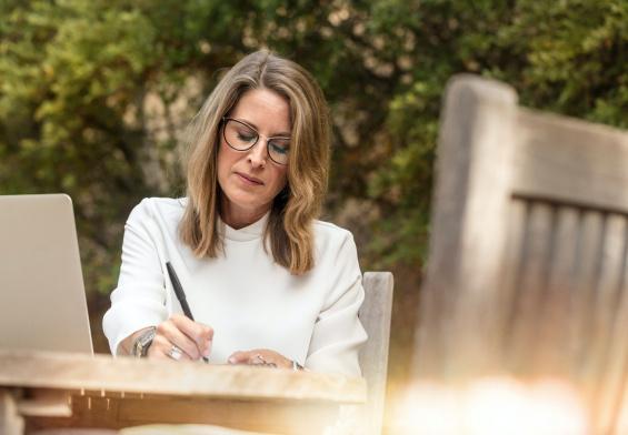 kobieta pisze