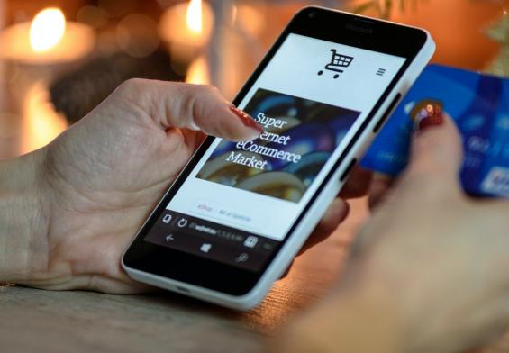 telefon z apką zakupową